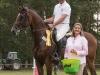 Jörg Möller (RFV Lübtheen-Garlitz) gewinnt mit Casado das abschließende S*Springen nach Siegerrunde – Birgit Meyer-Thaut überreicht den Ehrenpreis (Foto: Karin Osterholz)