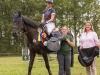 Dania Koop (PZRV Luhmühlen) gewinnt als beste Reiterin aus beiden S*-Springen den Sattel, präsentiert von Daniela Paske und Birgit Meyer-Thaut (Foto: Karin Osterholz)