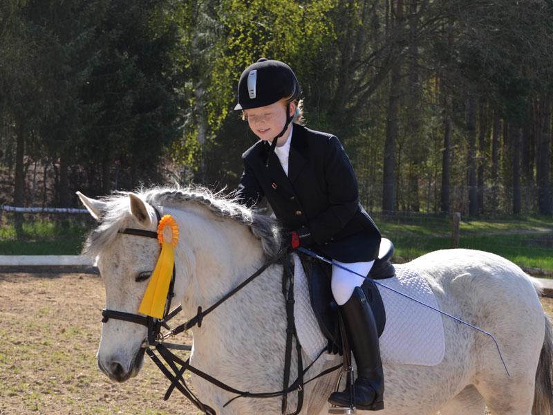 Die 10-jährige Florina hat gleich bei ihrem ersten Turnier gewonnen und lobt ihr Pony Safira