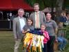 Fertig zur Siegerehrung – h.v.li. Uwe Meyer, Christoph Maltzan und Daniela Paske mit Schleifenkindern