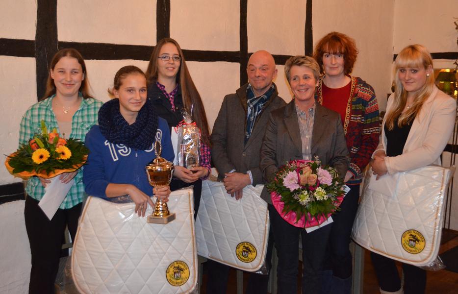 von links Daniela Paske, erfolgreiche Reiterinnen und Reiter Nele Kallien, Nina von Beuningen, Josef Wulf, Petra Heiseke-Kiefer, Stanja Wulf und Johanna Julia Kopp