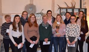 Erfolgreiche Reiterinnen, v.li. Vertreterin von Stanja Wulf, Leonie Hagemann, Manja Fritz, Celine Henze, Petra Heiseke-Kiefer, Sinja Meyer, Saskia Hulboy, Katrin Stöver, Jonna Elisabeth Busse, Nina von Beuningen.